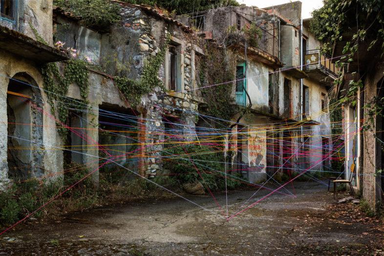 Eleonora Gugliotta: Ambienti #8 - Borgo di Rajù, 2016 - Installazione site e time specific in spazi abbandonati con utilizzo di fili di lana